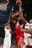 图文:[NBA]火箭VS开拓者 麦迪篮下单手强攻