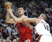图文:[NBA]火箭VS开拓者 姚明欲内线单打