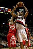 图文:[NBA]火箭VS开拓者 兰德里积极补防