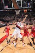 图文:[NBA]火箭VS开拓者 迪奥古争抢篮板