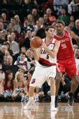 图文:[NBA]火箭VS开拓者 费尔南德斯背对阿泰