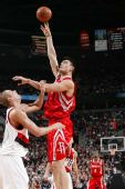 图文:[NBA]火箭VS开拓者 姚明跳起勾手