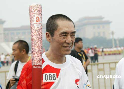 8月6日上午,北京奥运会圣火在北京市传递。著名电影导演张艺谋传递奥运火炬后感慨万分,激动不已。 中新社发 马毅行 摄