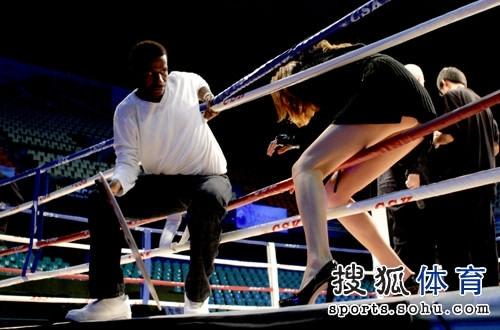 诗句:搜狐独家揭秘拳击女郎美女弯腰走光关于美女牡丹的图文图片