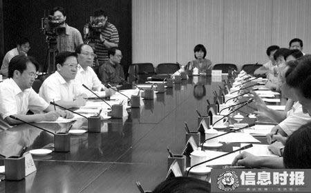 昨天张广宁在市政府座谈会上认真听取与会者发言。信息时报记者 黄亦民 摄