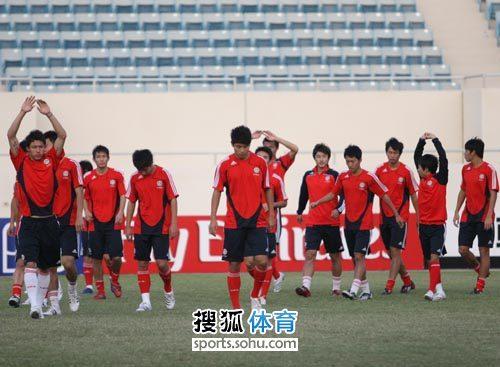 图文:[亚青赛]中国备战西亚狼 队员赛前热身