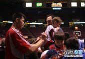 图文:[NBA]活塞VS篮网 阿联给苦等球迷签名