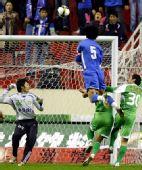 图文:[中超]上海VS北京 杜威在比赛中攻门