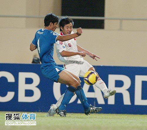 图文:[亚青赛]中国3-4乌兹别克 惠家康强行起脚