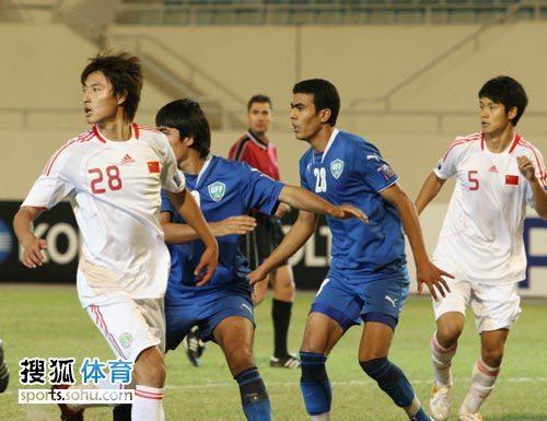 图文:[亚青赛]中国3-4乌兹别克 角球开出