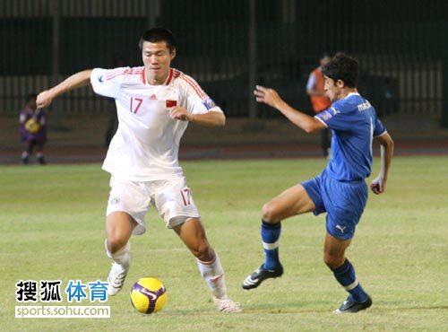 图文:[亚青赛]中国3-4乌兹别克 谈杨摆脱对手