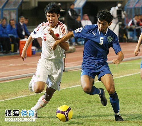 图文:[亚青赛]中国3-4乌兹别克 边路对决