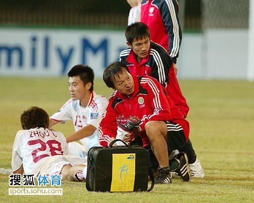 图文:[亚青赛]中国3-4乌兹别克 队医放松