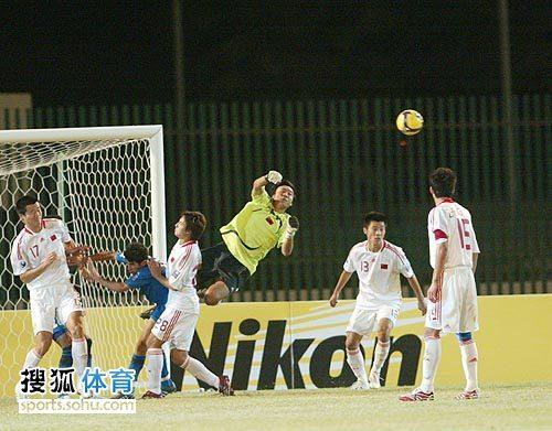 图文:[亚青赛]中国3-4乌兹别克 飞身扑救