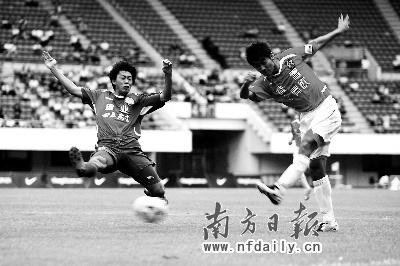 比赛中,深圳队攻势如潮。这场胜利有助于提升他们保级的信心。郭现中摄