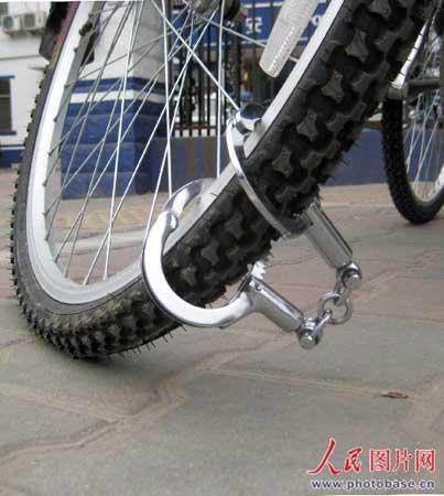 在郑州市某派出所门前,一崭新的自行车被手铐锁住了。  版权作品,请勿转载。