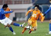 图文:[中超]青岛0-0广州 郑龙错失良机