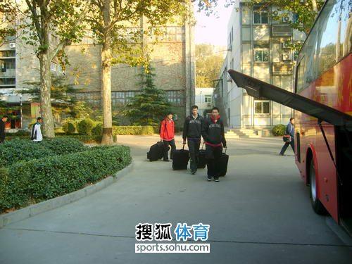 山东/图文:山东男篮搬家入住福地队员搬运行李
