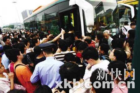 市民挤公交的情景。广州现行的一些公交政策,已与现实脱节。新快报记者 宁彪/摄(资料照片)