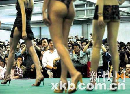 性文化节上,情趣内衣秀成为全场焦点。新快报记者