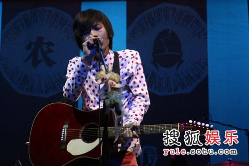 王啸坤现场唱新歌《北京下雨了》