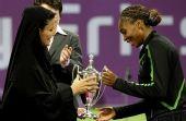 图文:大威获年终总决赛冠军 大威接过奖杯