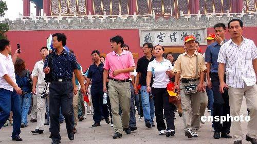 9月16日,游览故宫的外国游客如潮。奥运会期间,来自世界各地的外国友人云集北京,在欣赏精彩比赛之余,体验中国文化,感受中国风情。 中新社发 张爱东 摄