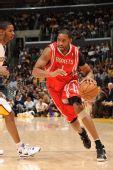 图文:[NBA]火箭负湖人 麦迪加速突破对手