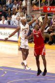 图文:[NBA]火箭负湖人 阿泰强突上篮
