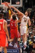 图文:[NBA]火箭负湖人 斯科拉上篮遭严防