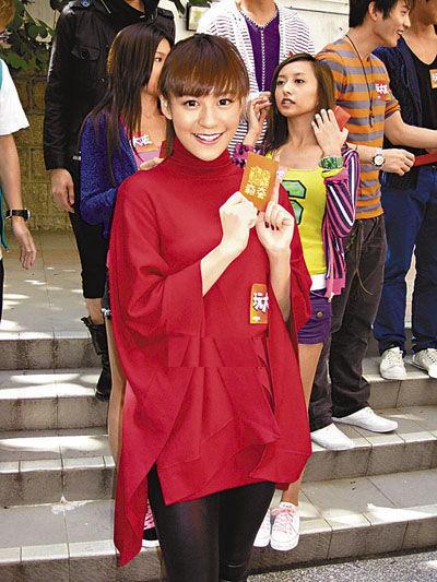 江若琳新片《玩大咗》做啤酒女郎。