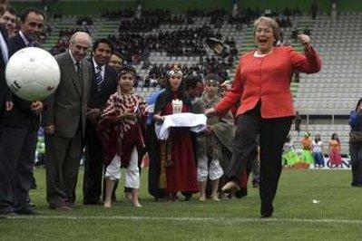 01-智利总统巴切莱特踢球时不慎将鞋踢飞