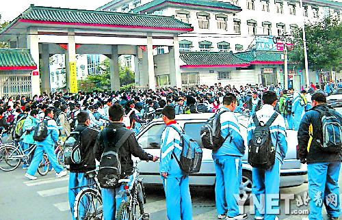 等候学校7点开门 千余学生每天堵马路(图)