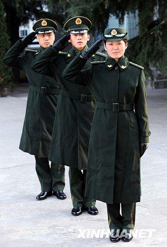 防支队举行武警07式冬常服着装演示,这是身着武警07式常服大衣的图片