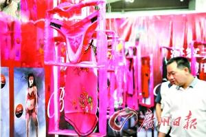 广州/一位女观众忍不住研究起展览的情趣用品。...