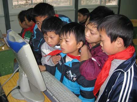 任家坪小学的孩子们用上了新电脑