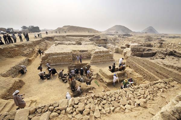 11月11日,埃及考古人员在新发现的金字塔周围工作.商不变的优秀教学设计图片