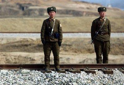 朝鲜士兵铁道旁警戒,脚下的铁路通向开城工业园。