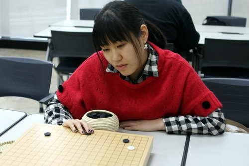 图文:正官庄杯第一局 韩国主力李玟真五段摆棋