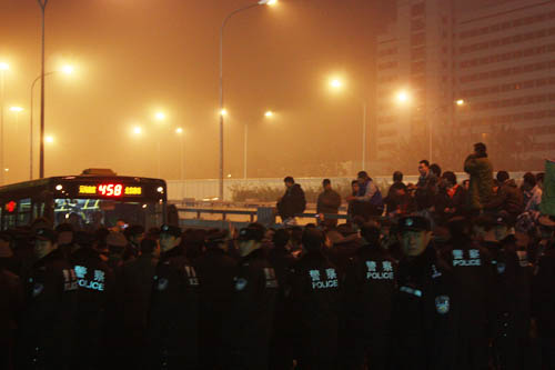 警察维护秩序