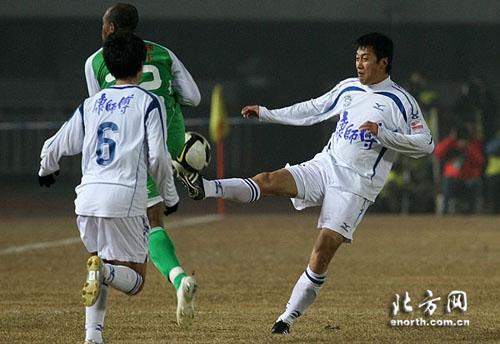 图文:[中超]北京2-2天津 王霄出脚很坚决