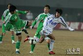 图文:[中超]北京2-2天津 马磊磊被踢倒