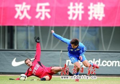 郜林(右)与罗曼杀得人仰马翻。新华社记者郭大岳摄