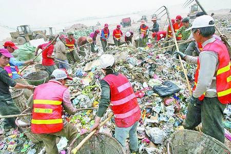 运到垃圾场后清洁工仍在寻找可回收的垃圾