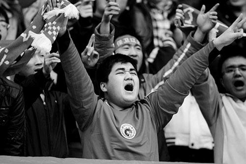 图文:[中超]辽宁VS上海 球迷喊出血性