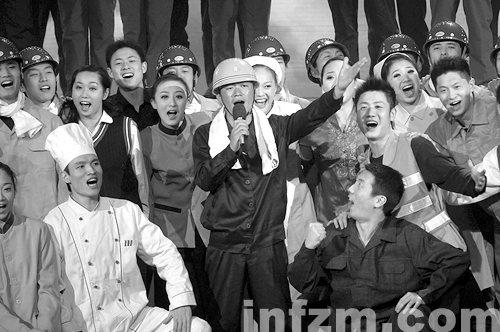 在今年央视春晚上王宝强和农民工一起合唱《农民工之歌》