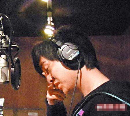 黄靖伦昨在录音室献唱给黎础宁,不禁崩溃痛哭