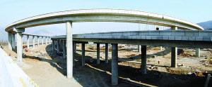由市政集团二公司承建的西六环路军庄高架互通式立交桥主体结构工程近日完工。本报特约摄影 许寿金 RJ135