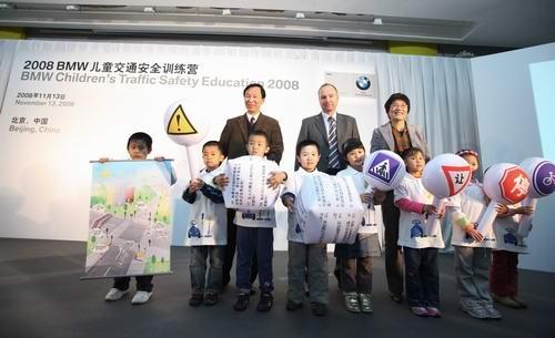 宝马(中国)汽车贸易有限公司市场副总裁高乐先生向小朋友代表发送交通安全礼包