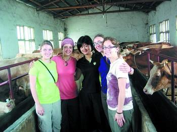 加拿大蒙坦利尔大学的女博士生们在长沙肉牛养殖专业合作社、自成养殖科技有限公司实习。图中为社长兼总经理郭为波。长沙县劳动局供图
